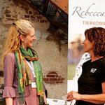 Rebecca Szrama im Gespräch am Messestand Tierkommunikation
